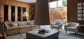 Sala de estar con muebles vintage y piezas de diseño brasileño
